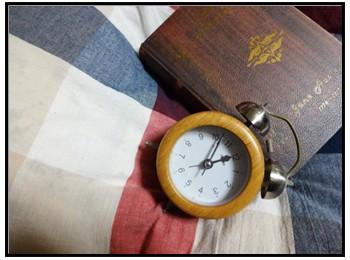 本と時計の写真