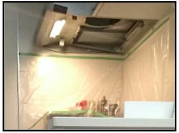 透明シートを貼ったキッチンの写真